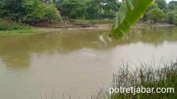 Pipa Pertamina Bocor di Sungai Ciherang