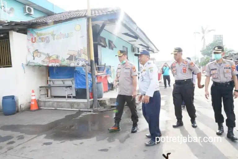 Kapolresto Kabupaten Bekasi saat tinjau Stasiun Lemah Abang (LA). Selasa (24/03/20).