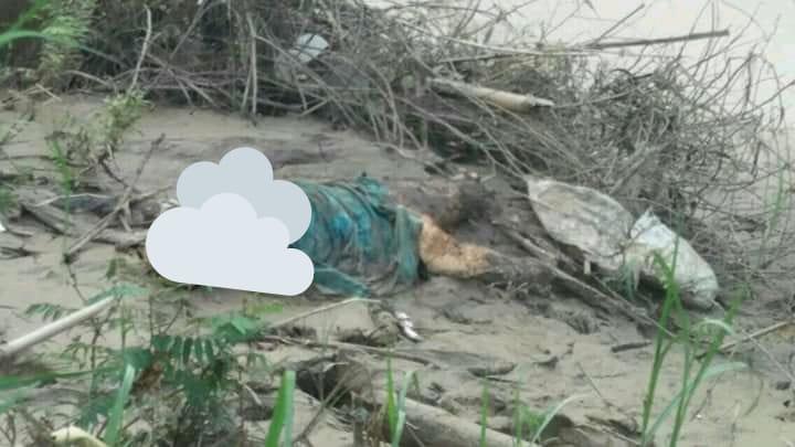 Mayat membusuk ditemukan warga di pinggir Sungai Citarum. (foto:Redaksi)