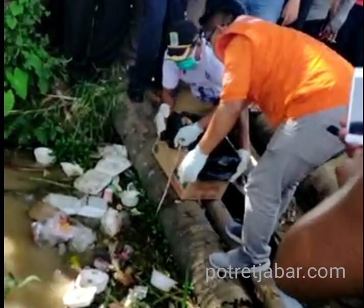 Kepolisian setempat saat mengevakuasi mayat bayi laki-laki di solokan. (Foto:Redaksi)