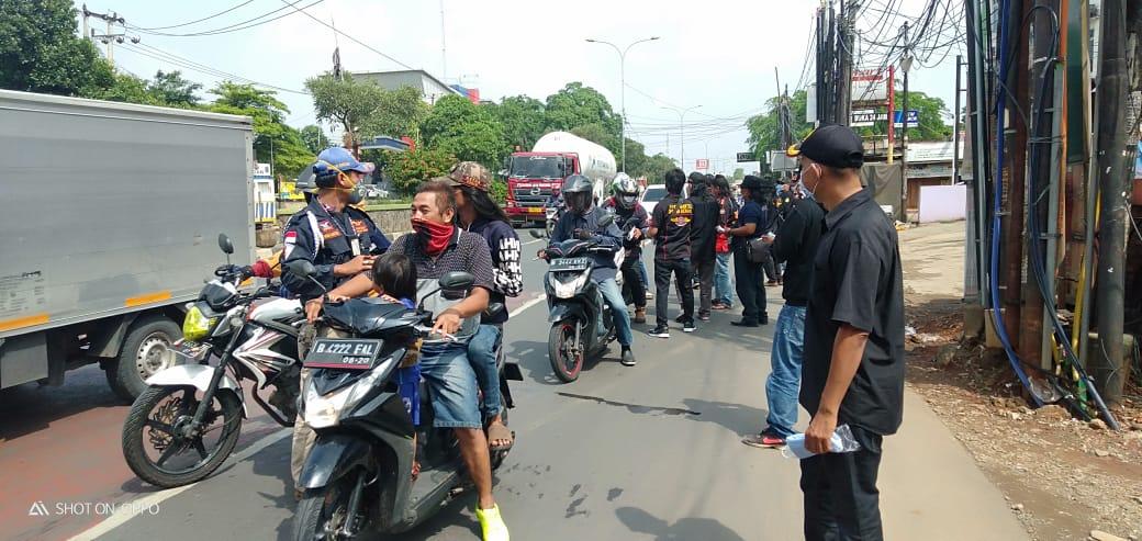 Ormas BPPKB Bekasi bagi-bagi masker dijalan (foto:Boy/Redaksi)