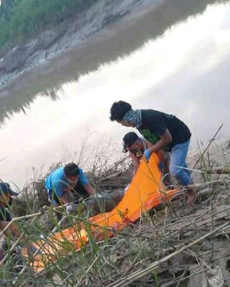 Evakuasi mayat yang sudah membusuk di pinggir Sungai Citarum. (foto : Redaksi)