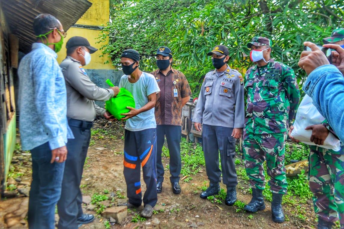 Anggota TNI, Polri dan Satpol PP antar langsung sembako ke warga 4 desa di Kecamatan Tarumajaya. Jumat (15/05/20) Foto : Idam/potretjabar