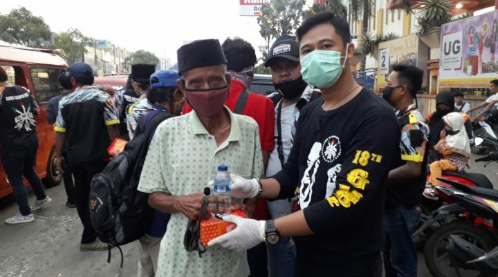 LBH GMBI Distrik Kabupaten Bekasi, Faisal membagikan masker dan takjil. Minggu (17/05/20).