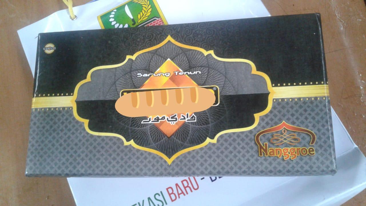 Kain sarung, isi bingkisan dari Bupati Bekasi yang diberikan kepada ratusan THL. (Foto : Ridwan/potretjabar)