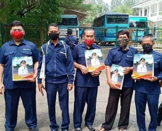 Mejeng, THL pada Bagian Umum Setda Kabupaten Bekasi usai mendapatkan bingkisan dari Bupati Bekasi. (Foto : Ridwan S/potretjabar)