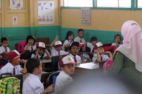 Ilustrasi : anak sekolah SD sedang belajar di ruang kelas