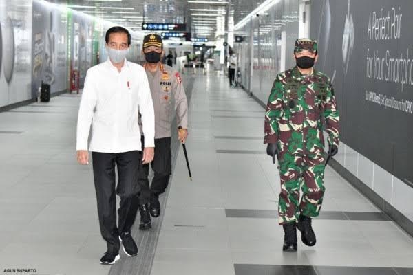 Presiden Joko Widodo saat berkunjung ke Mall Sumareccon