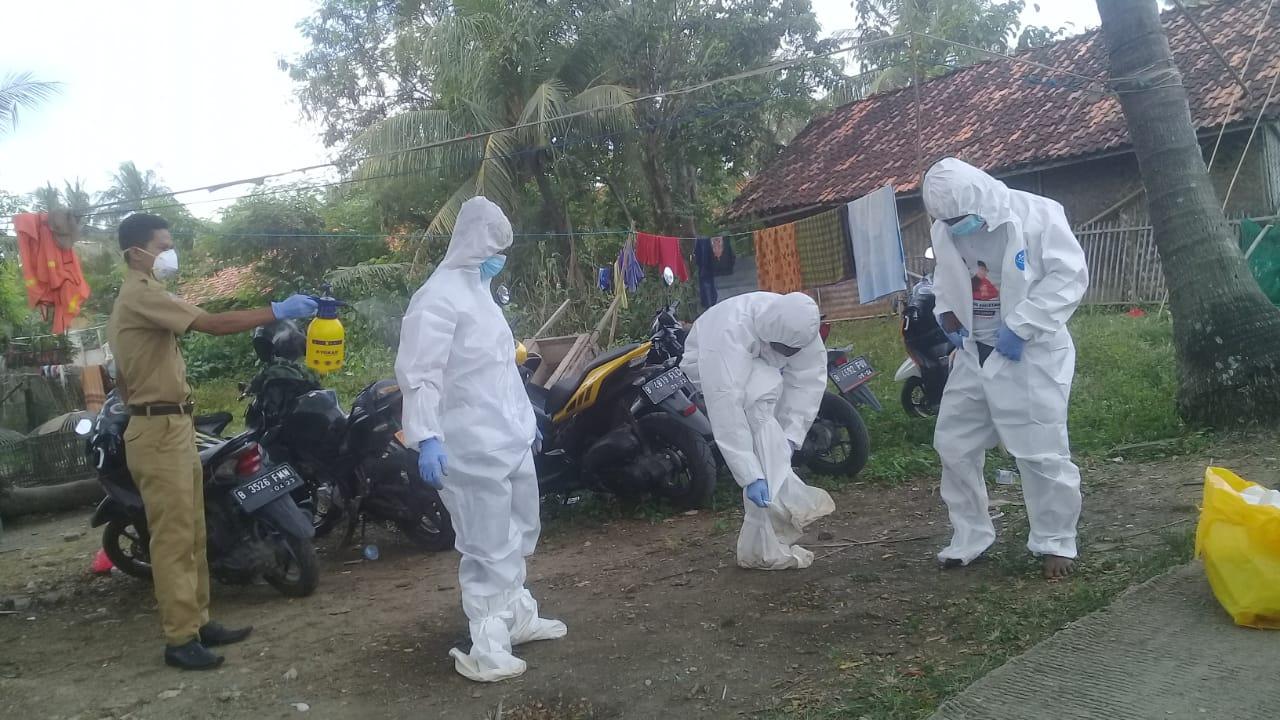 Pasien PDP dimakamkan dengan Protokok Covid-19 di TPU Sukaindah Kecamatan Sukakarya Selasa (16/06/20) Foto : Endang F/potretjabar.
