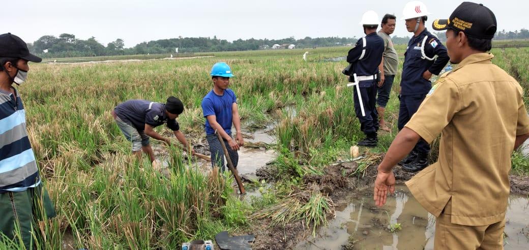 Tim teknisi PT. Pertamina bersama perangkat Desa Lenggahsari saat tinjau lokasi pipa bocor (Foto : Supardi/potretjabar)