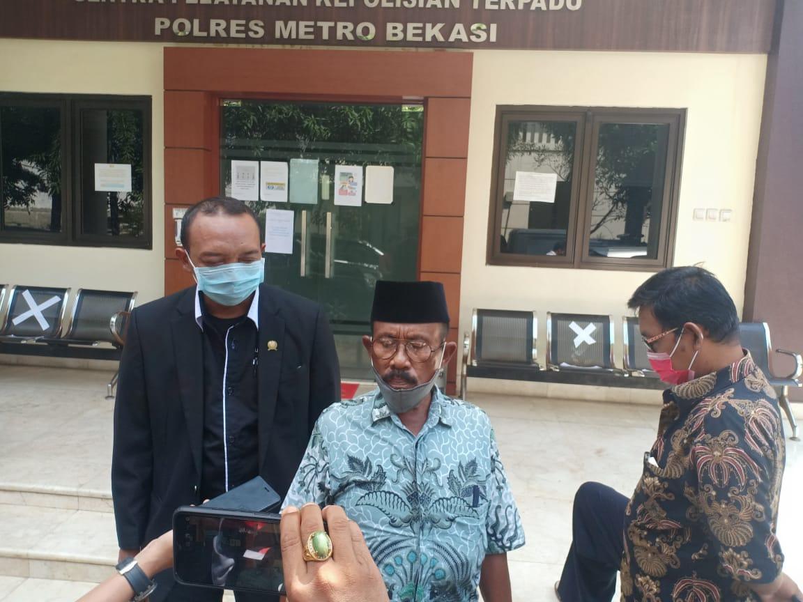 Warga Desa Karangharja Anton Koboy usai buka laporan di Polres Metro Bekasi Senin (06/0720)