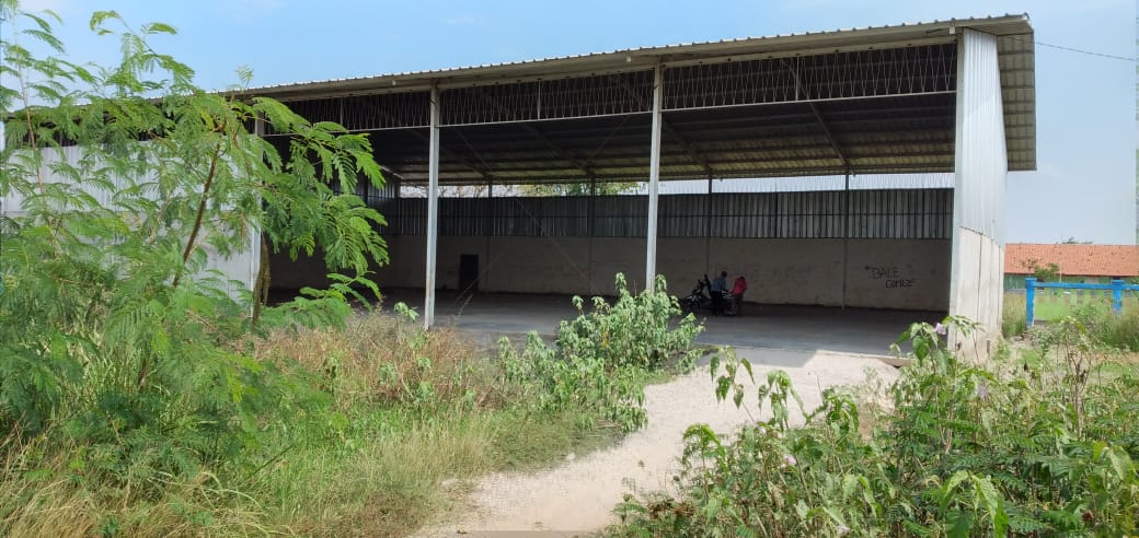 Bangunan GSG Buni Bakti terliat dikelilingi rumput dan alang alang (Foto : Endang Firtana/potret jabar)