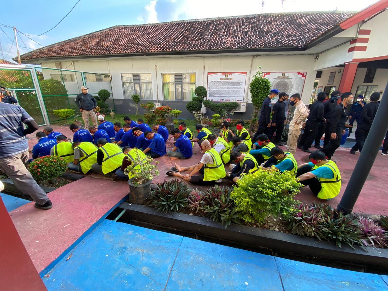 - Sebanyak lima belas (15) Narapidana warga binaan Lapas Kelas IIA Karawang Jawa Barat dipindahkan ke Lembaga Pemasyarakatan Narkotika Kelas IIA Nusakambangan.