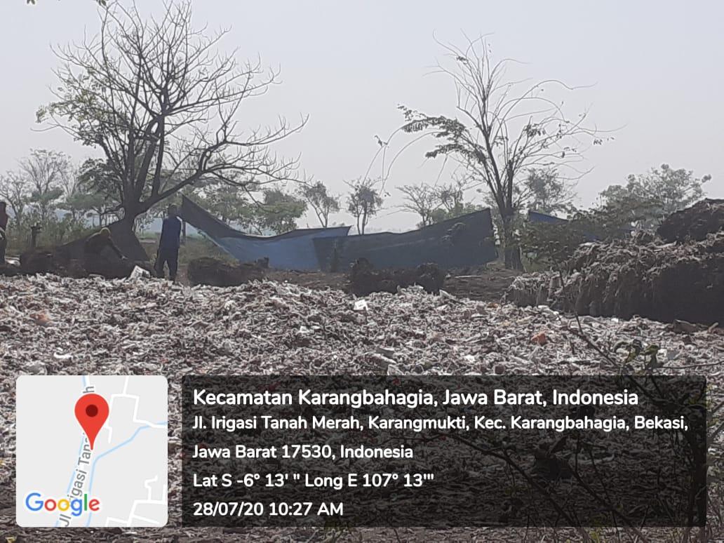 Limbah hasil pembakaran sampah di Desa Karangmukti Kecamatan Karangbahagia yang dikeluhkan pengguna jalan