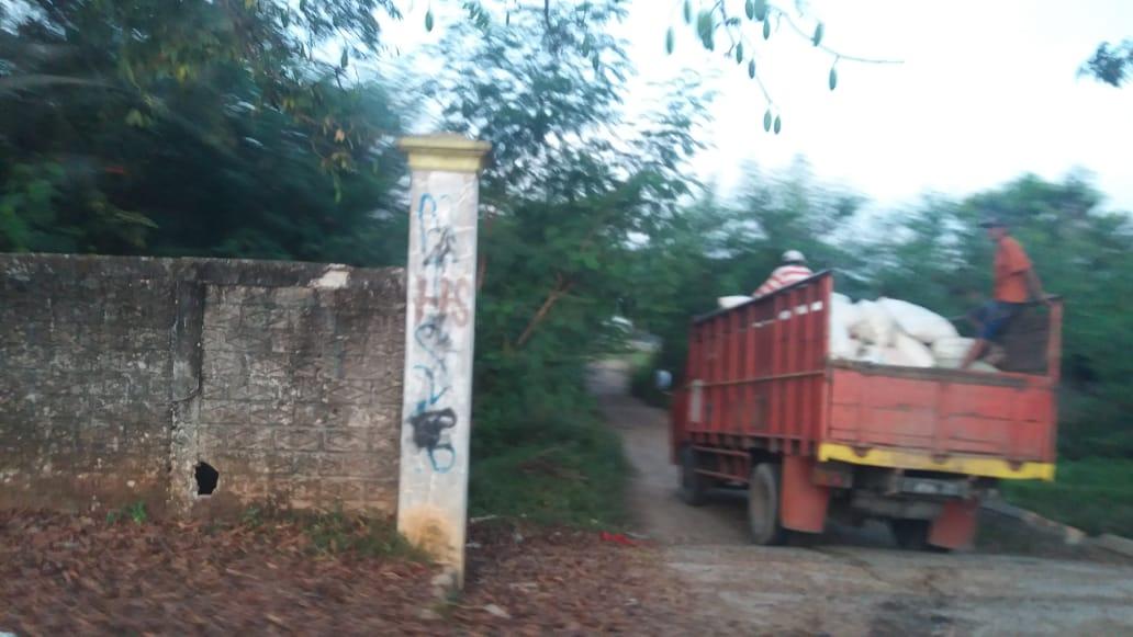 Armada dan truck yang diduga membawa sampah dari perusahaan memasuki lokasi pembakaran sampah