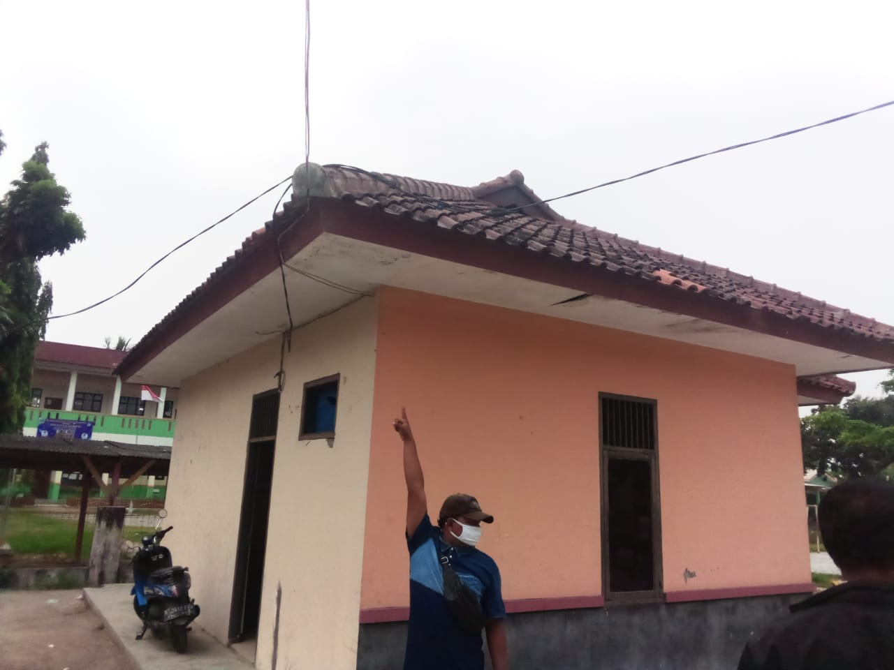 Salah seorang warga yang menunjukan instalasi listrik di kantor Desa Pantai Hurip tanpa meteran listrik atau KWH (Foto : Sundang Barnas/potretjabar.com)