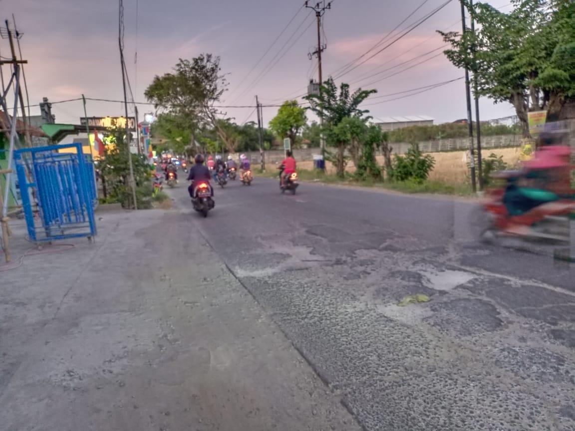 Jalan raya Pilar Sukatani banyak berlubang (Foto : Ade/potrerjabar.com)