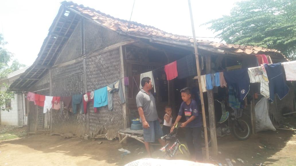 Karman (50) warga Kampung Galian RT 03 RW 03 Desa Sukakerta Kecamatan Sukawangi Kabupaten Bekasi Jawa Barat