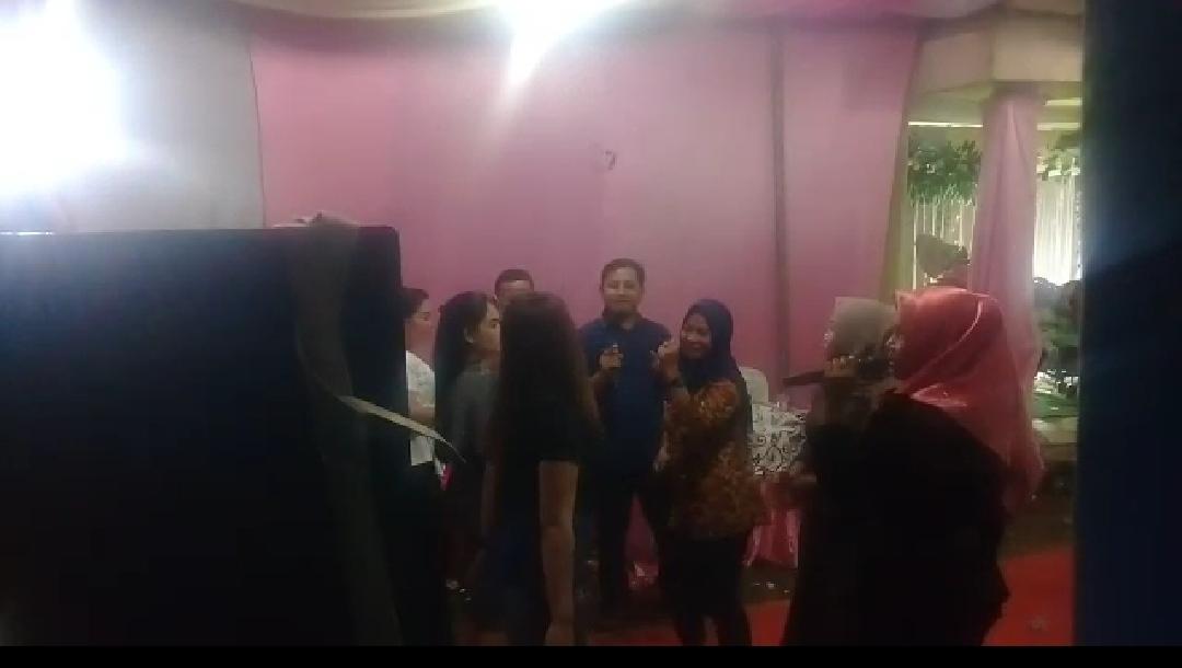 Kades Suka indah Endang Syuhada sedang berjoget dan bernyanyi diacara hajatan perangkatnya tanpa mengindahkan Prokes.