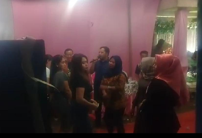Kepala Desa Sukaindah Endang Syuhada sedang bernyanyi dan berjoget di acara hajatan perangkat desanya Senin malam (19/10/20)