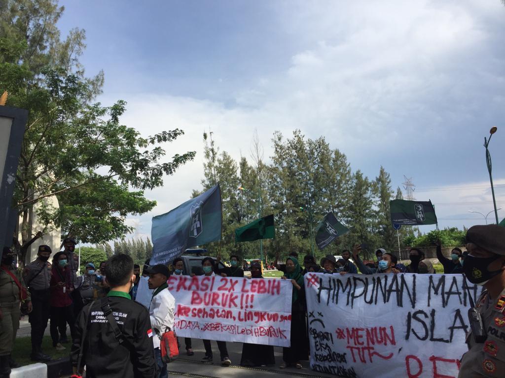 melakukan aksi unjuk rasa di depan komplek perkantoran Pemerintah Kabupaten Bekasi. Jum'at (13/11/20),