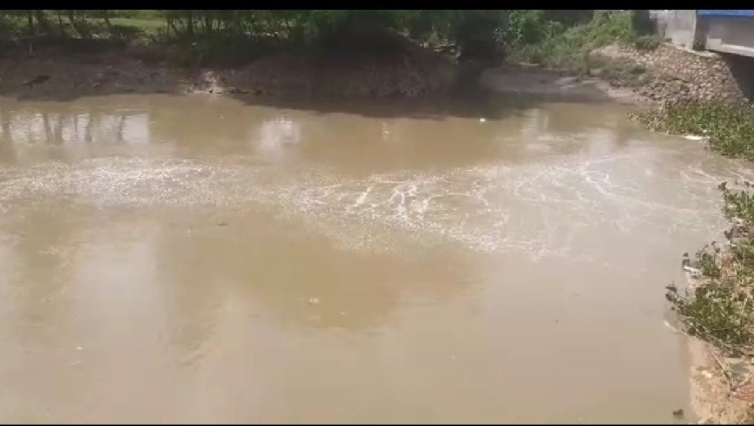 "PJ. BEKASI - Lagi, pipa milik Pertamina yang melintasi Desa Sukamakmur Kecamatan Sukakarya Kabupaten Bekasi Jawa Barat bocor. Kebocoran itu terjadi di dua titik, yang pertama ada di samping rumah warga sekitar yang menyemburkan air dan berbau gas yang menyengat, yang paling parah kebocoran itu terjadi di bendungan air Caringin, sebab meski air mengalir cukup deras namun semburan berbau ga nampak jelas terlihat. ""Bau gasnya nyengat bangat, Saya khawatir warga sekitar keracunan, ""kata Bagya (45) warga sekitar yang tak jauh dari lokasi kebocoran. Menurut Ia, sudah ada yang datang dari Babinsa dan Bimaspol dari Sukatani yang melihat lokasi kebocoran pipa gas milik pertamina, namun sampai berita ini diterbitkan belum ada police line yang dipasang ol"