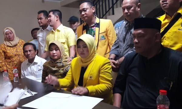 Adik Eks Bupati Bekasi, Titi Nurcholifah Yasin saat mendaftarkan diri sebagai Cawabub Bekasi