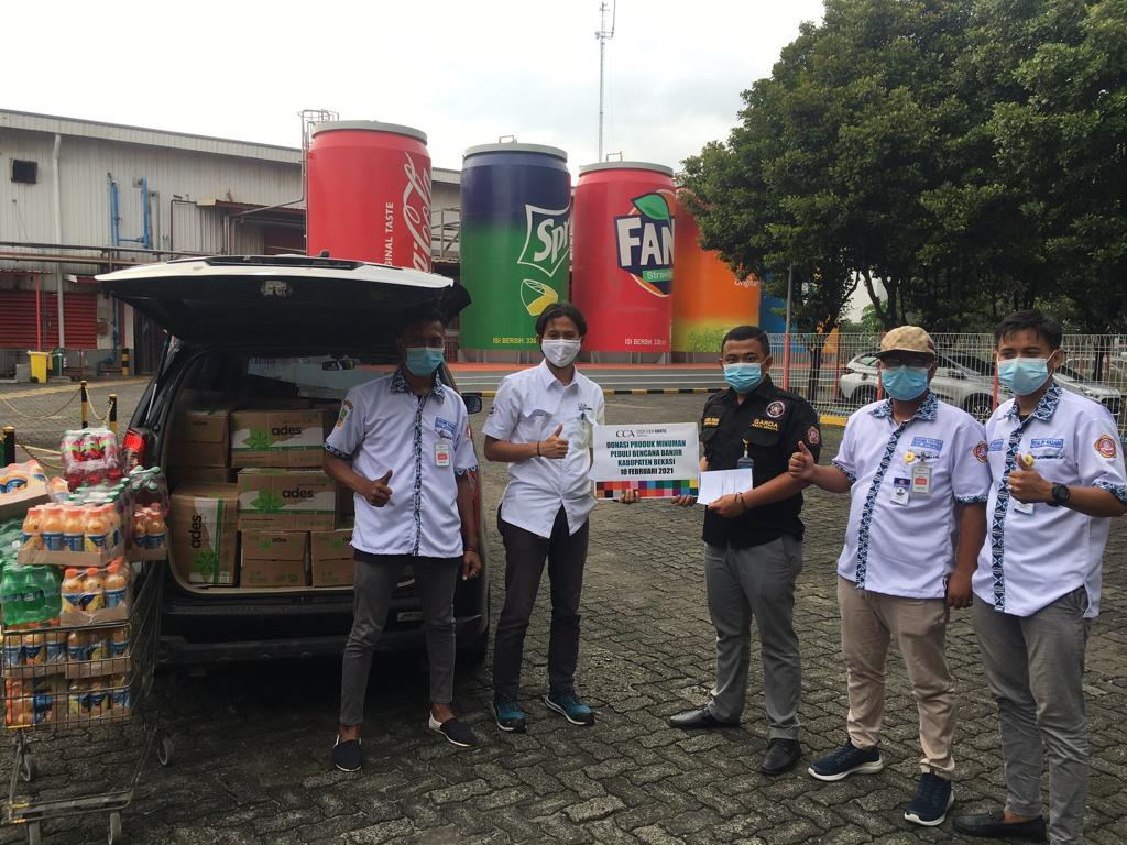 Penyerahan donasi minuman dari Coca-Cola Amatil Indonesia bagi korban bencana banjir di wilayah Kabupaten Bekasi melalui Karang Taruna Desa Sukadanau dan Desa Jatiwangi