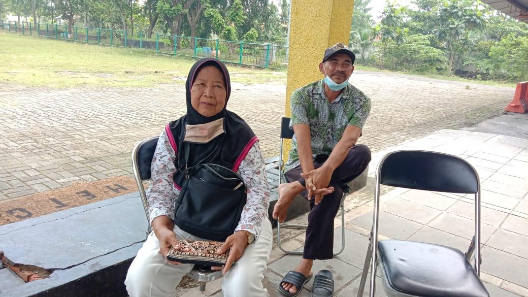 Hj. Lemih, Petani asal Kecamatan Cabangbungin saat berada di Kantor BPP Sukakarya