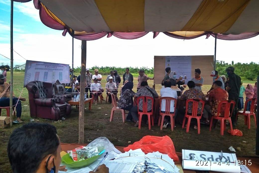 TPS di Desa Hurip Jaya saat melakukan penghitungan suara. (Foto : Idaman Cholid)