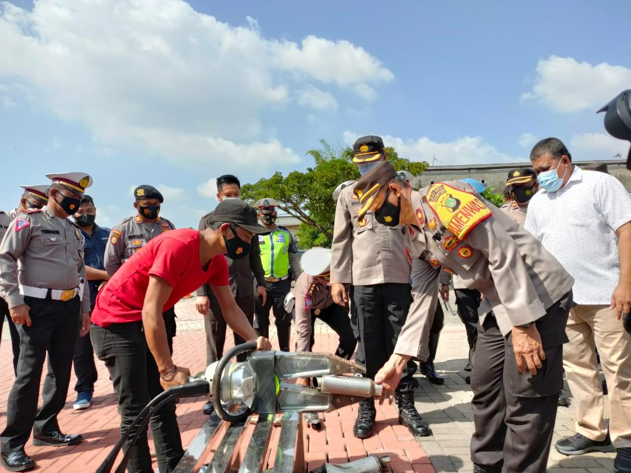 Satlantas Polres Metro Bekasi memusnahkan 25 knalpot racing hasil dari razia dari beberapa jalan di Kabupaten Bekasi, kegiatan tersbut dihadiri Wakapolres Metro Bekasi dan Komunitas Moge.