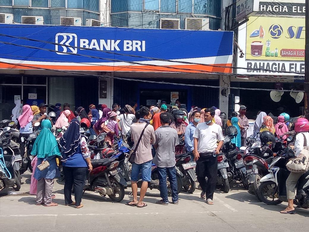 Kerukunan warga saat mengantri pencairan bantuan di BRI Cabang Cikarang Utara