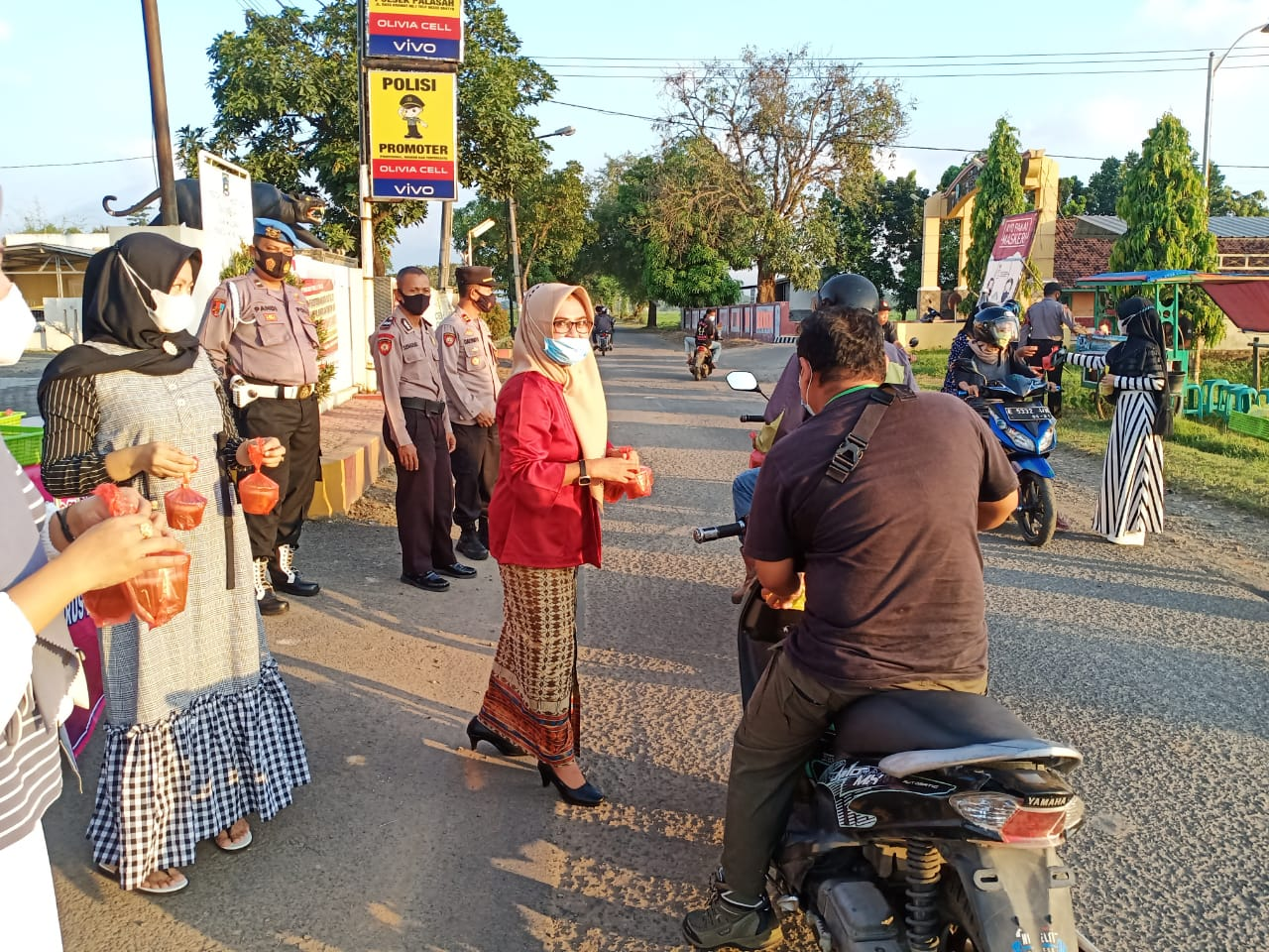 Bhayangkari Ranting Polsek Palasah Polres Majalengka membagikan takjil kepada pengendara baik roda dua maupun roda empat yang melintas bertempat di Simpang jalan raya Kecamatan Palasah tepatnya depan Polsek Palasah, Rabu (21/4/21).