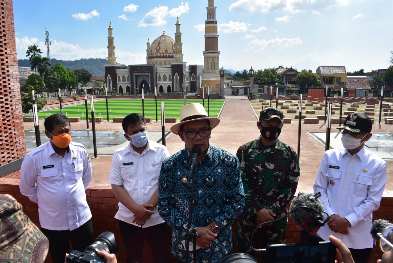 Alun-alun Majalengka yang letaknya berada di Pusat kota Majalengka tersebut secara langsung diresmikan oleh Gubernur Jawa Barat, Ridwan Kamil dengan didampingi oleh Bupati Majalengka, Rabu (21/04/21)