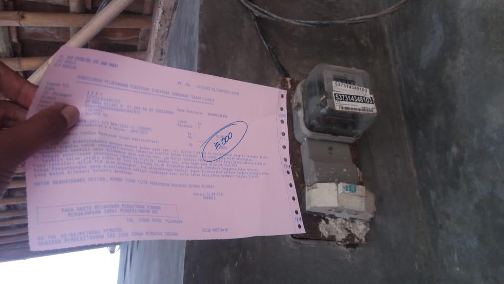 Lembaran penagihan yang dibagikan oleh petugas PLN