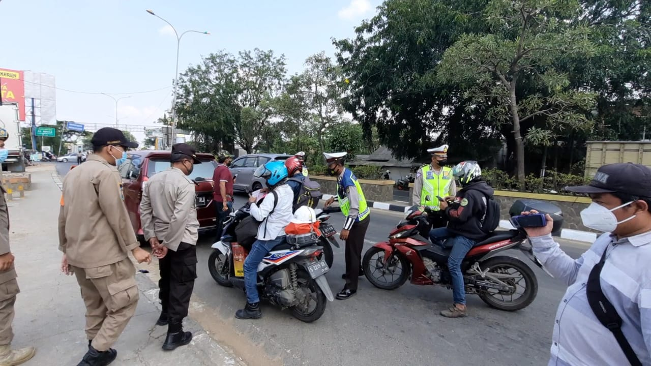 Kepala Biro Operasi Polda Metro Jaya Kombes Marsudianto, melakukan pengecekan lokasi penyekatan di sejumlah titik di Kabupaten Bekasi, Jawa Barat.