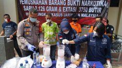 Polrer Metro Bekasi memusnahkan barang bukti narkoba jenis sabu seberat 2,126 Kilogram serta 3.750 butir pil Ekstasi dari hasil penangkapan dua kurir narkoba jaringan lintas negara.