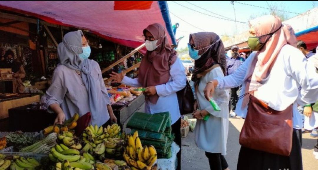 Penyuluh KB di Majalengka membagikan alat kontrasepsi kepada para pedagang di pasar tradisional. (Foto: detikcom)