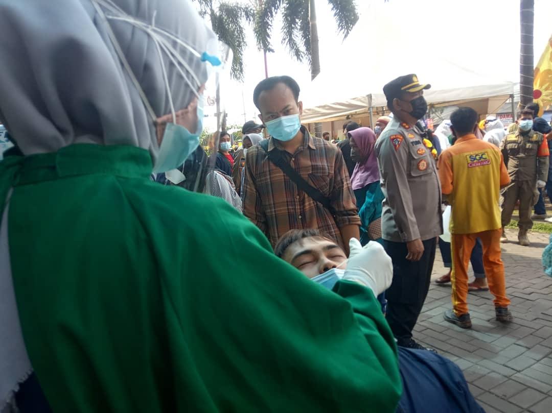 satgas Covid 19 Kabupaten Bekasi bersama Polres Metro Bekasi perketat Protokol Kesehatan terhadap karyawan dan pengunjung dengan melakukan swab antigen gratis dan jaga jarak bagi para pengunjung yang akan memasuki pusat perbelanjaan SGC Cikarang.