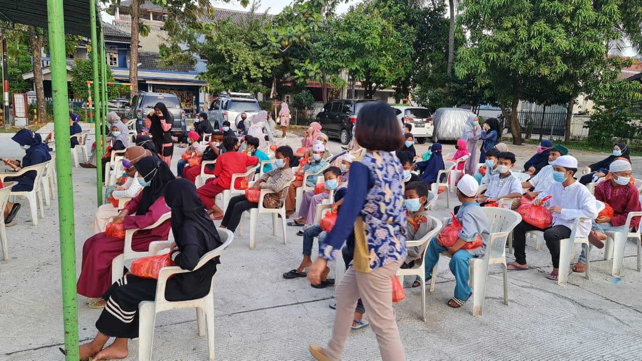 anak-anak yatim dan dhu'afa yang merupakan peserta didik Bimbingan Belajar Gratis Rumah Senja pada saat acara Santunan Yatim/Dhu'afa & Buka Puasa Bersama di Pendopo RW 014 Perum Jati Unggul Kelurahan Harapan Jaya Kecamatan Bekasi Utara Kota Bekasi