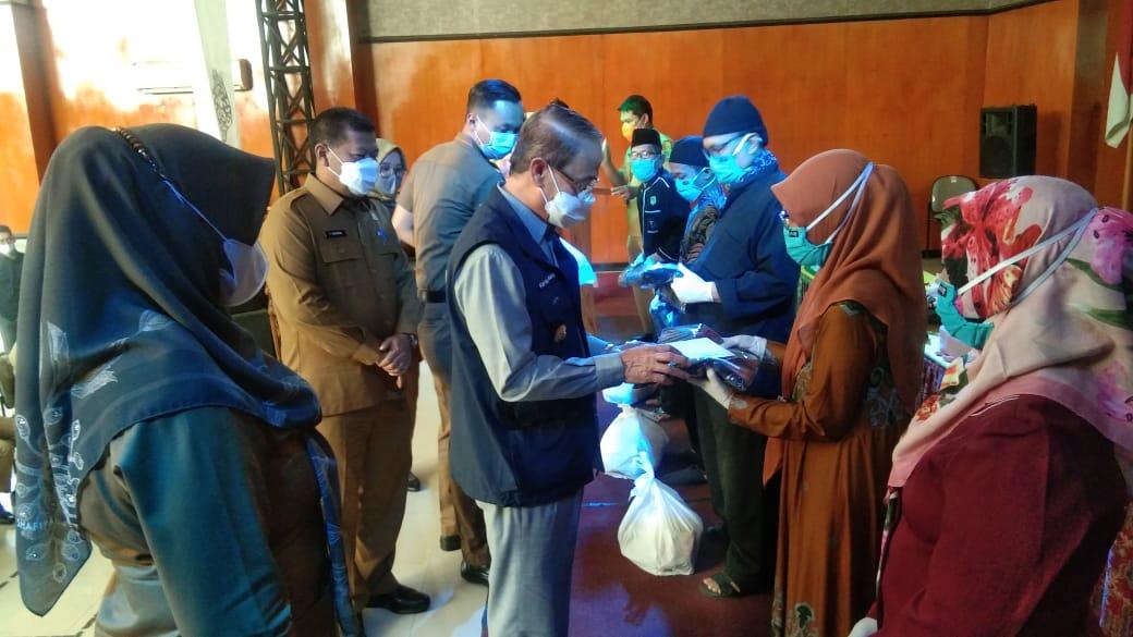 Bupati Majalengka Karna Sobahi berikan uang kadeudeuh untuk Juru Kunci Makam Keramat yang ada di Majalengka untuk peningkatan mutu pengelolan cagar budaya.