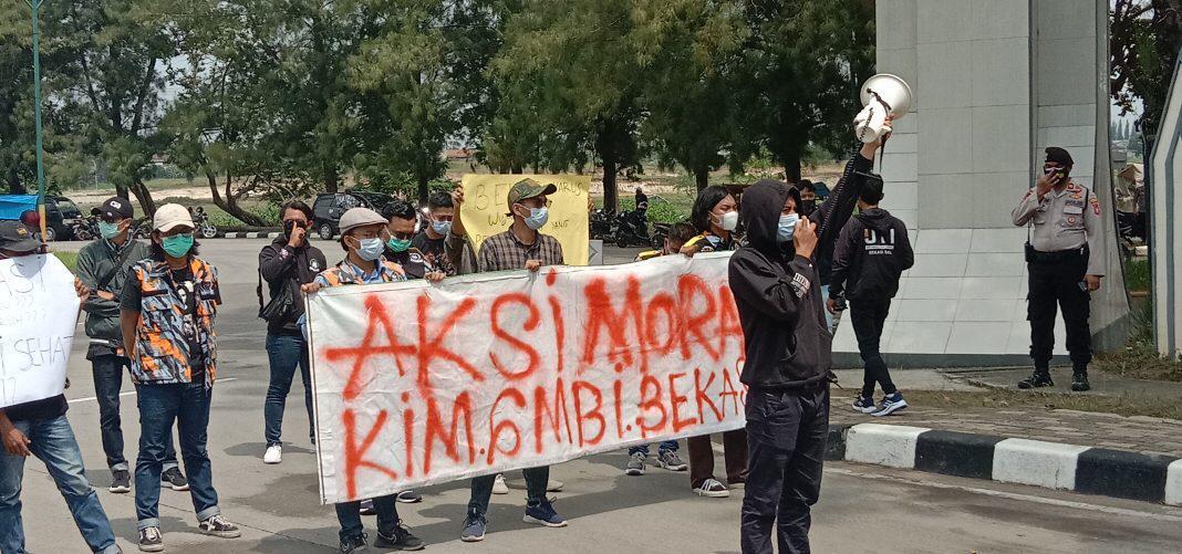 Komunitas Intelektual Muda (KIM) Gerakan Masyarakat Bawah Indonesia (GMBI) Kabupaten Bekasi melakukan aksi unjuk rasa di lingkungan Pemerintah Daerah Kabupaten Bekasi, Selasa (4/5/2021).