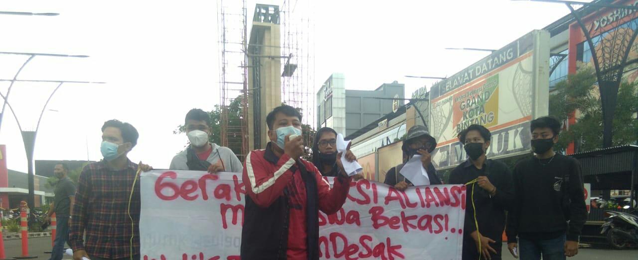 Aliansi Mahasiswa Bekasi Wawan saat aksi di depan Gedung KPK RI, Rabu, (5/05/21).