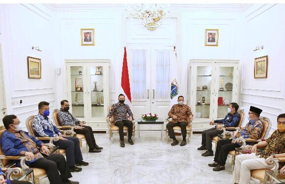 melakukan silaturahmi dengan Gubernur DKI Jakarta Anies Baswedan di Balai Kota Jakarta, Kamis (6/5) sore.