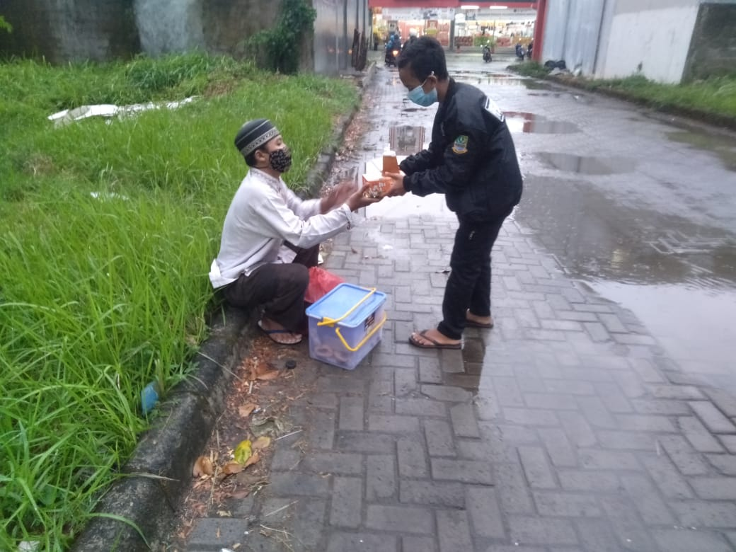 remaja Masjid Adz - Dzikra berkolaborasi untuk memberi makanan buka puasa