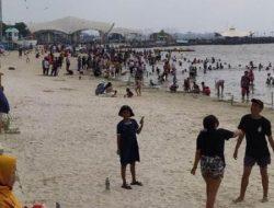 Ribuan Pengunjung Padati Pantai Ancol