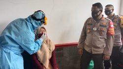 Petugas dari Tiga Pilar Kecamatan Tarumajaya dibantu Petugas Kesehatan lakukan test antingen pada warga yang baru pulang dari luar Kabupaten Bekasi.