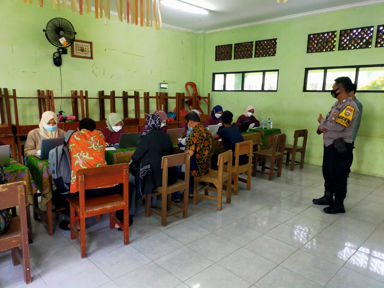 Sebanyak 230 orang guru tingkat Sekolah Dasar (SD) hingga Sekolah Menengah Atas (SMA) di Kecamatan Cikarang Utara Kabupaten Bekasi mulai menjalani vaksinasi tahap pertama.
