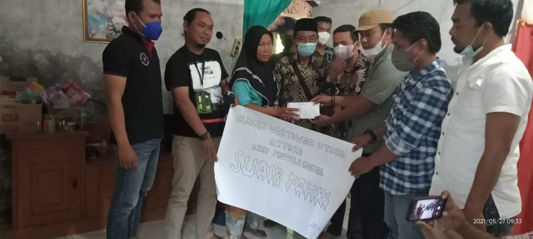 Antara, Serahkan Donasi peduli Suaib Fahri warga miskin Desa Jaya Sakti Kecamatan Muaragembong yang sudah dua tahun terbaring sakit, Kamis (27/05/21).