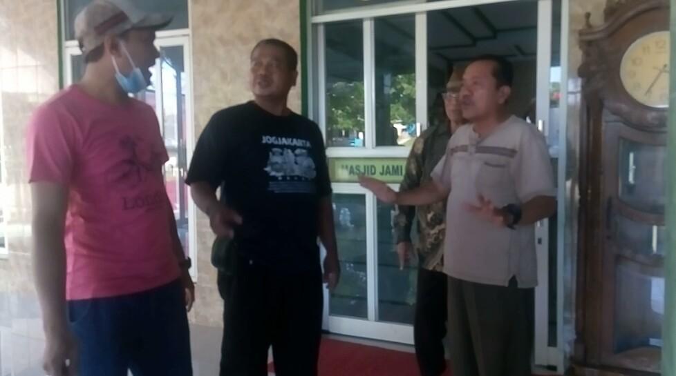 Warga Kampung Belendung, Desa Kedung Pengawas Kecamatan Babelan Kabupaten Bekasi dikagetkan dengan spanduk bertuliskan Lelang Tanah Wakaf didepan Masjid Al Muhajirin